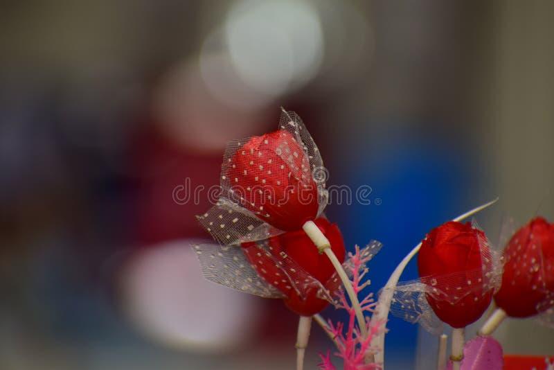 Künstliche rote Rose stockfotos