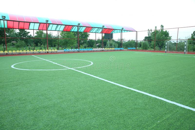 Künstliches Gras Mini Football Goal On Ans Innerhalb des Innenfußballplatzes Minifußballstadionsmitte stockfotos