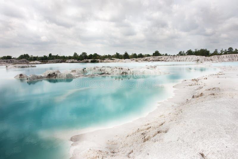 Künstliches Rückhaltebecken Kaolin Löcher wurden bedeckten durch das Regenwasser gebildet und bildeten einen klaren blauen See stockfotografie