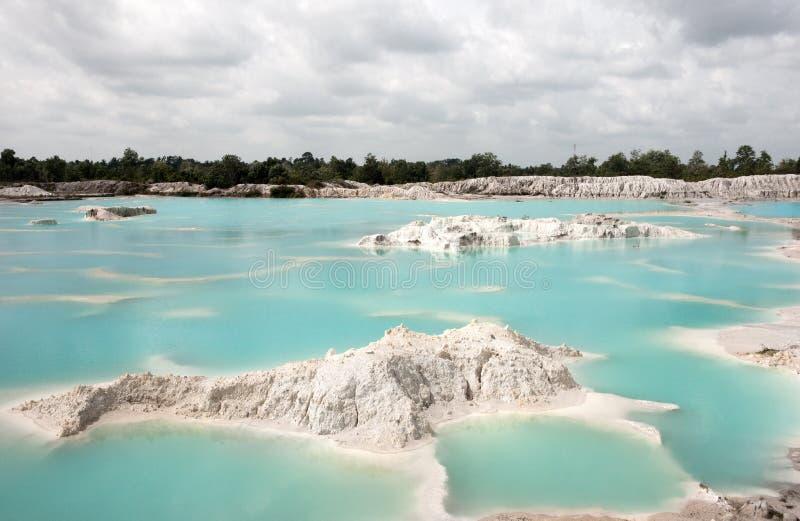 Künstliches Rückhaltebecken Kaolin Löcher wurden bedeckten durch das Regenwasser gebildet und bildeten einen klaren blauen See stockbilder