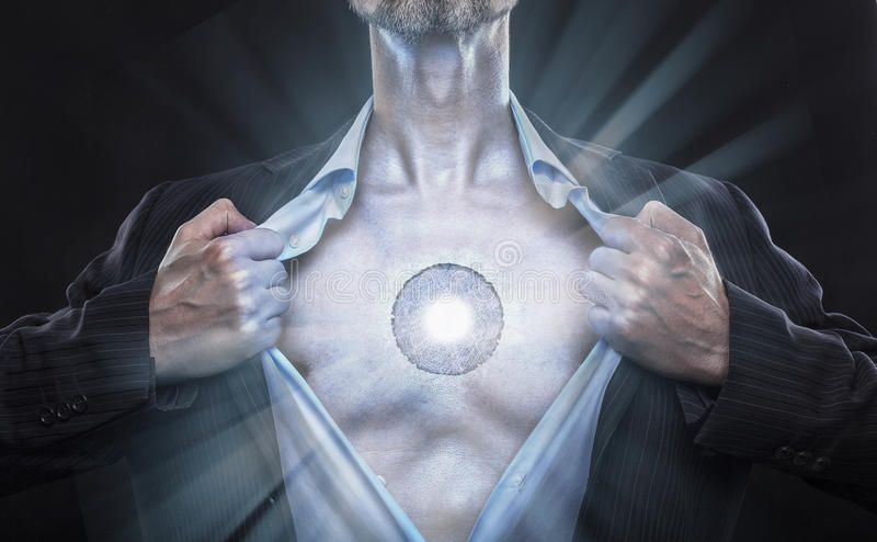 künstliches Sein des Cyborg öffnet Hemd stockbilder