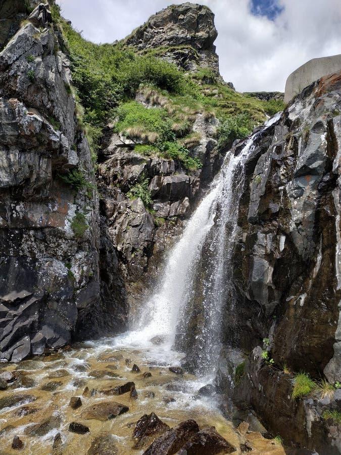 Künstliches waterafall nahe alpinem Rückzug der Koka auf Orobie-Bergen lizenzfreie stockfotos