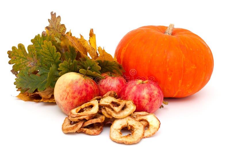 Kürbis, Äpfel und Herbstlaub stockbilder