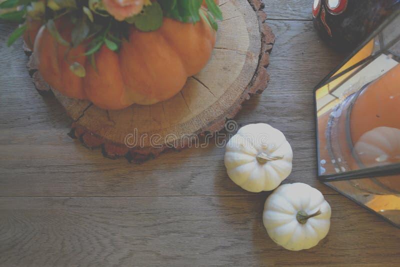 Kürbis auf dem Holztisch Atmosphärischer Platz frech Hintergrund lizenzfreies stockfoto