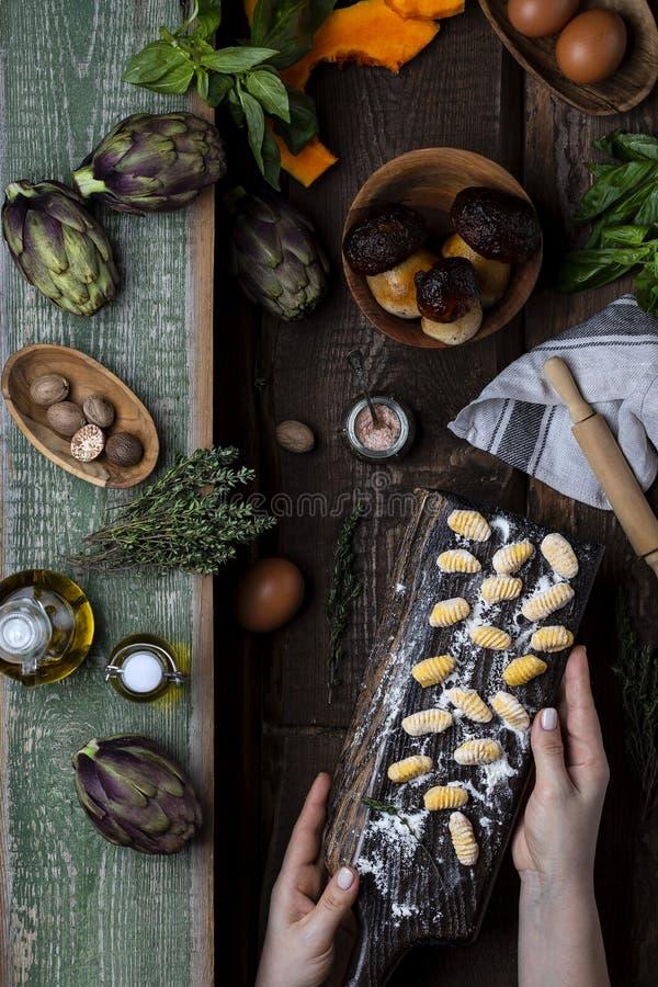 Kürbis Gnocchi ungekocht auf dem hölzernen Brett stockfotos