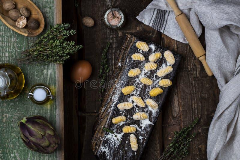 Kürbis Gnocchi ungekocht auf dem hölzernen Brett stockfoto