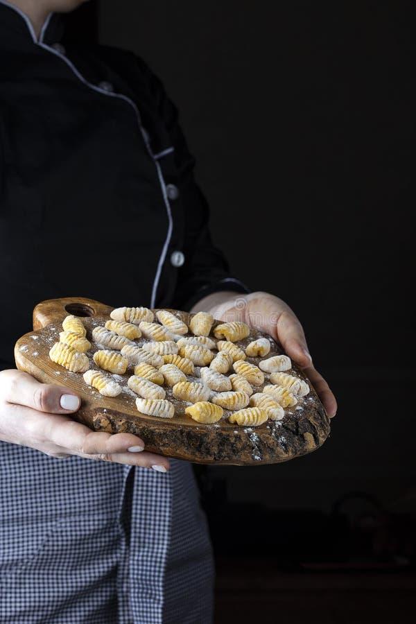 Kürbis Gnocchi ungekocht auf dem hölzernen Brett lizenzfreie stockfotos