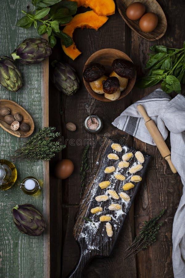 Kürbis Gnocchi ungekocht auf dem hölzernen Brett lizenzfreies stockfoto