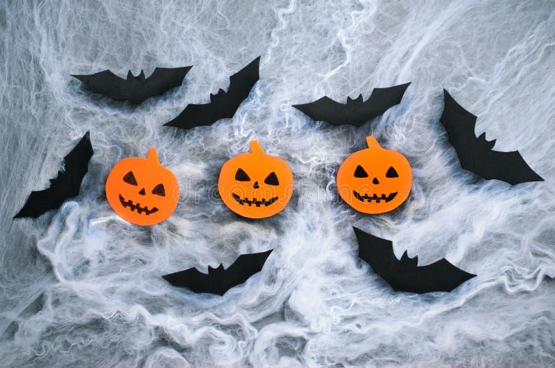 Kürbis-Köpfe und Schläger auf Spinnennetz-Hintergrund, Halloween-Symbol stockbild
