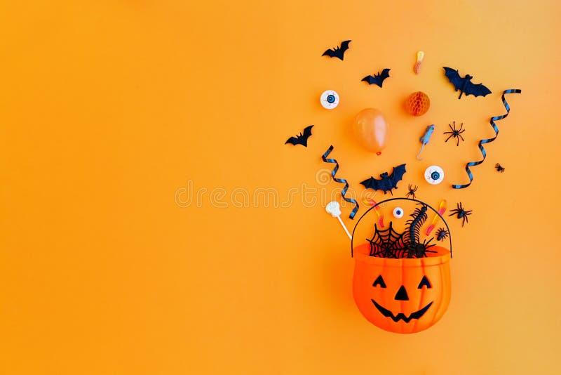 Kürbis mit Halloween-Gegenständen lizenzfreie stockfotografie