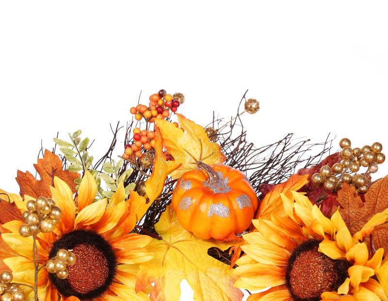 Kürbis, Sonnenblumen und Fall-Blätter lokalisiert Herbst stockfotografie