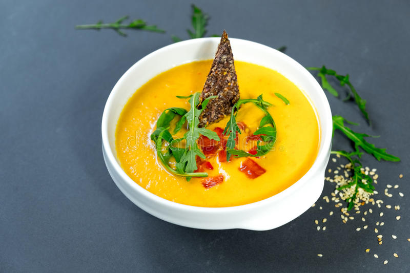 Kürbis-Suppe mit Karotte und Tomate lizenzfreie stockfotos