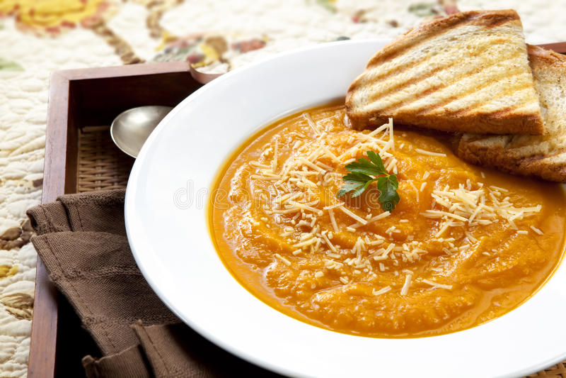Kürbis-Suppe mit Parmesankäse lizenzfreie stockbilder