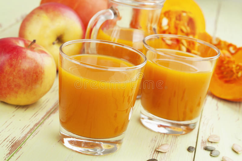 Kürbis und Apfelsaft stockbilder