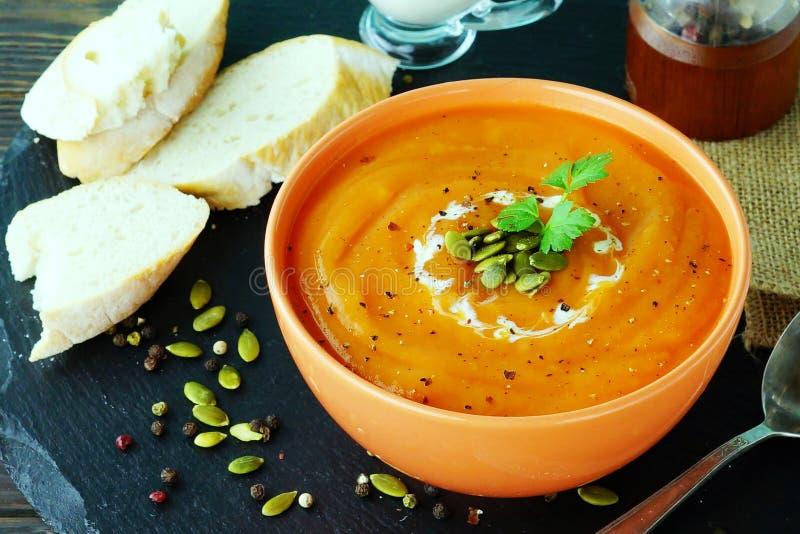 Kürbis- und Karottensuppe mit Sahne lizenzfreies stockfoto