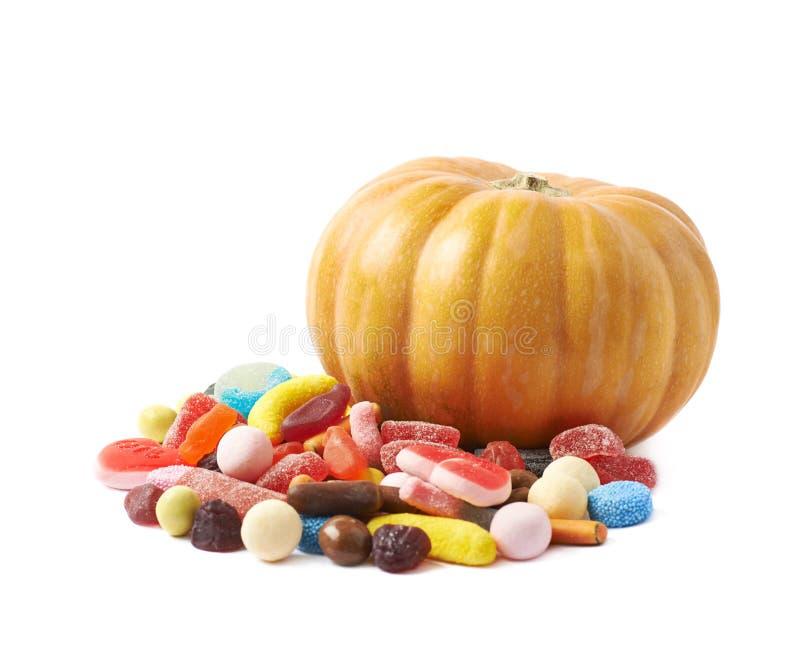 Kürbis und Stapel von den Süßigkeiten lokalisiert stockfotos