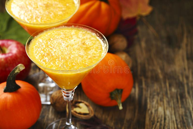 Kürbisalkoholcocktail für Fall und Halloween-Parteien stockbild