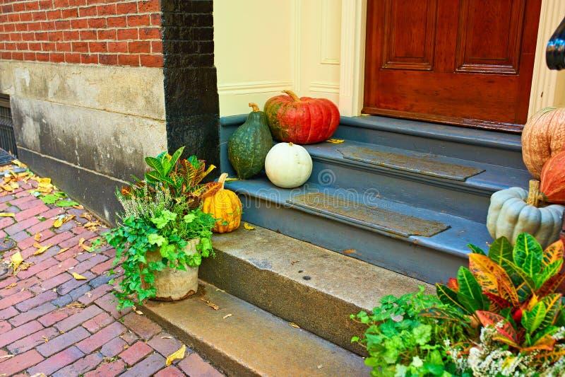 Kürbise nahe der Tür für Halloween lizenzfreies stockfoto
