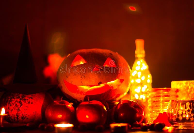 Kürbislaterne für Halloween, Jack-Laterne, Nachtlampe für den Feiertag, Kerzen, Kerzenständer, Dekorationen und Lichter stockfotos