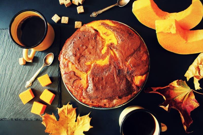 Kürbisschokoladenkuchen auf dunklem Hintergrund, Draufsicht stockbild