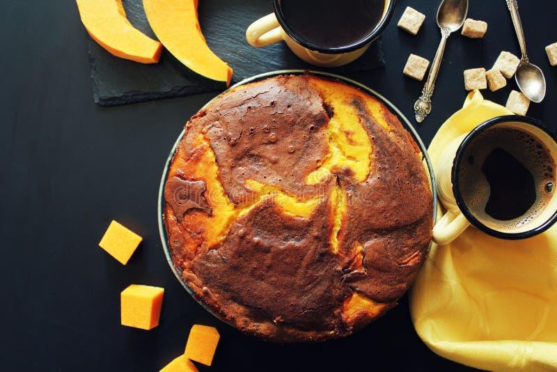 Kürbisschokoladenkuchen auf dunklem Hintergrund, Draufsicht stockfoto