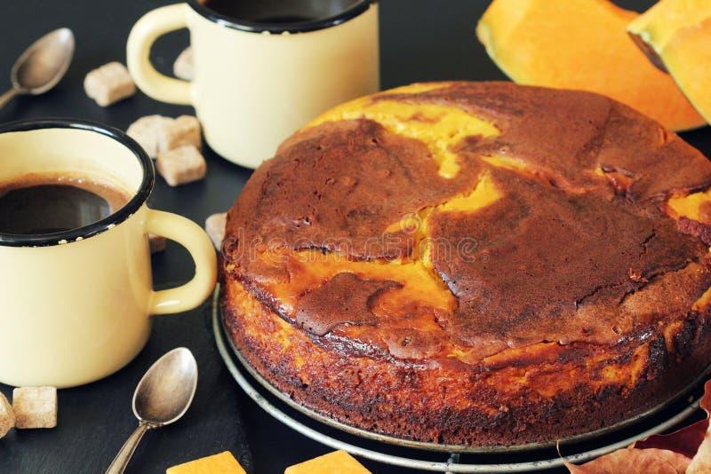 Kürbisschokoladenkuchen auf dunklem Hintergrund mit Fall verlässt, Draufsicht lizenzfreie stockfotos