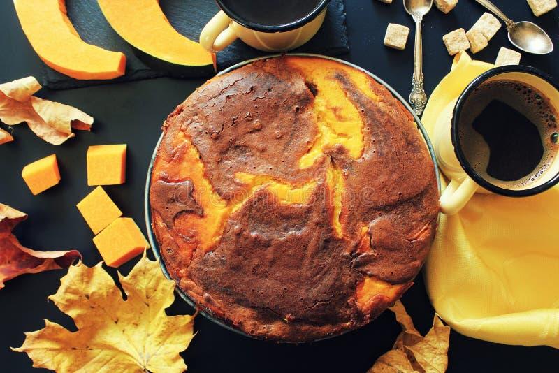 Kürbisschokoladenkuchen auf dunklem Hintergrund mit Fall verlässt, Draufsicht stockfoto