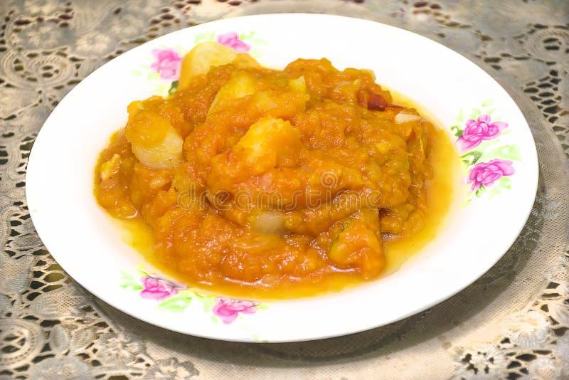 Kürbissoße, die mit Kartoffeln kocht stockbilder