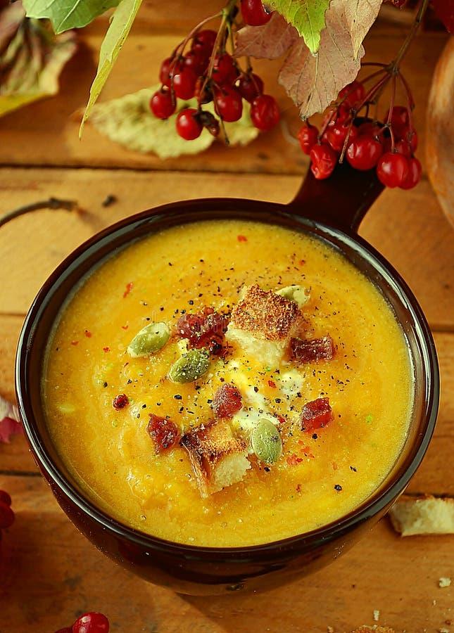 Kürbisspecksuppe und -toast in einer keramischen Schüssel stockfotos