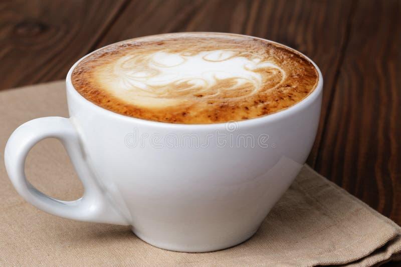 Kürzlich gemachte Schale Cappuccino mit abstrakter Lattekunst lizenzfreie stockbilder