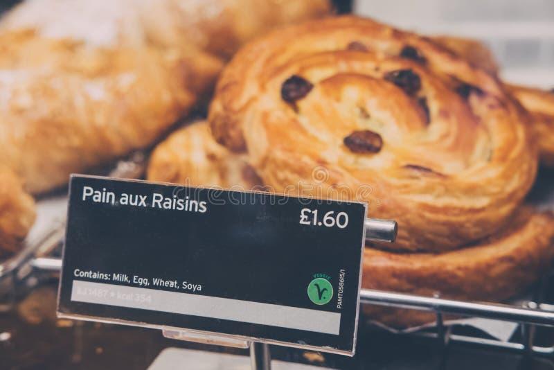 Kürzlich gemachte Schmerz-Zusatzrosinen im Verkauf bei Pret eine Krippe, London, Großbritannien stockfoto