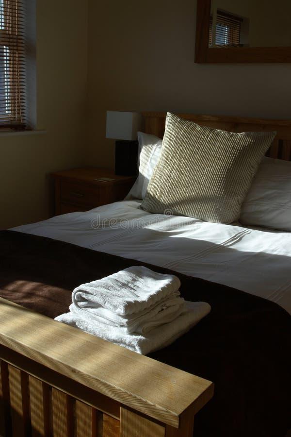 Kürzlich gemachtes Bett in einem intelligenten Hotelzimmer lizenzfreie stockfotos