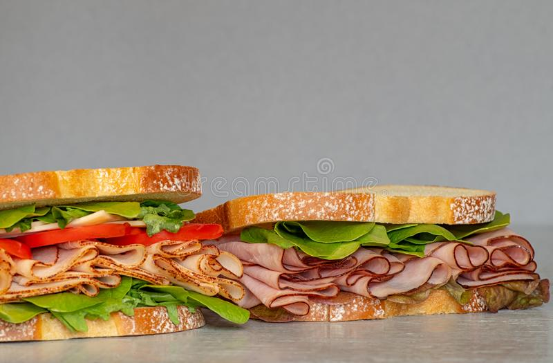 Kürzlich gemachtes Feinkostgeschäft redet Sandwich mit Kopfsalat, einige verschiedene Arten Gemüse, Tomaten, Käse, das Fleisch an lizenzfreies stockbild