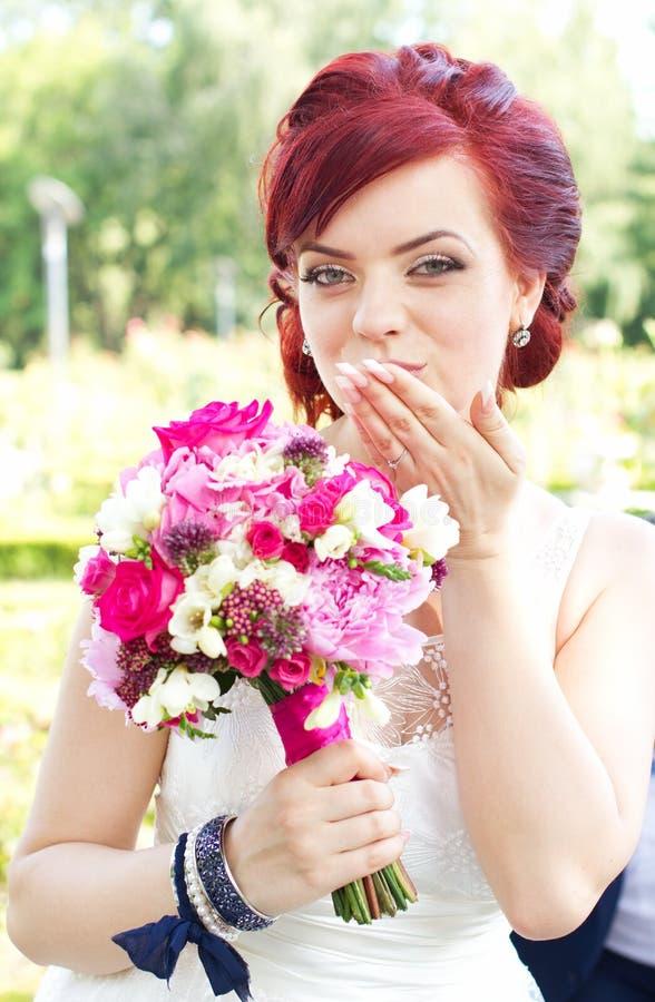 Küsse von der Braut lizenzfreie stockbilder
