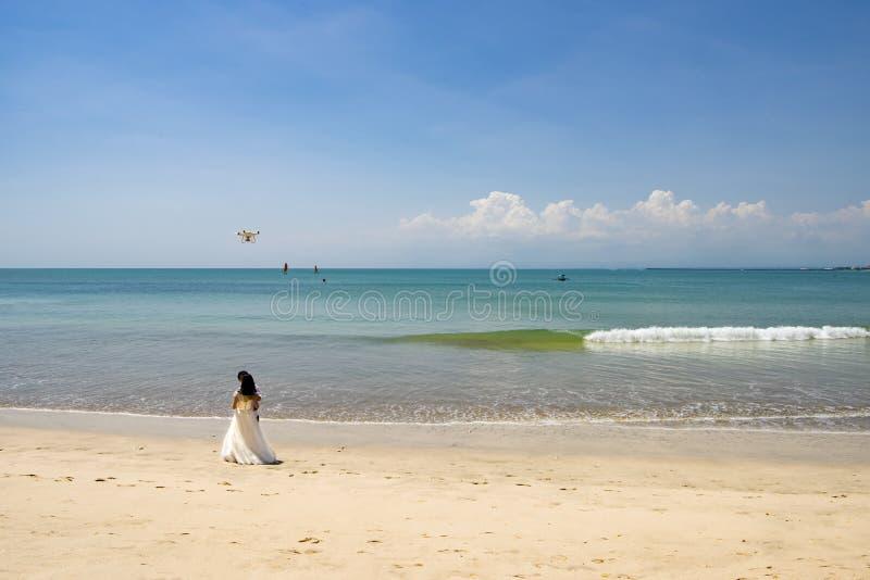 Küssen der Braut und des Bräutigams mit Brummen auf schönem Strand, Bali lizenzfreies stockbild
