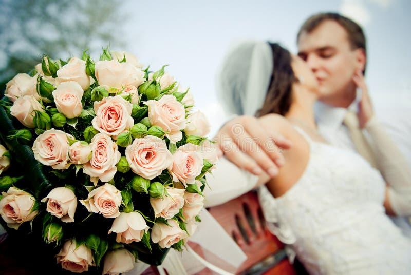 Küssen der Hochzeitspaare stockfotos