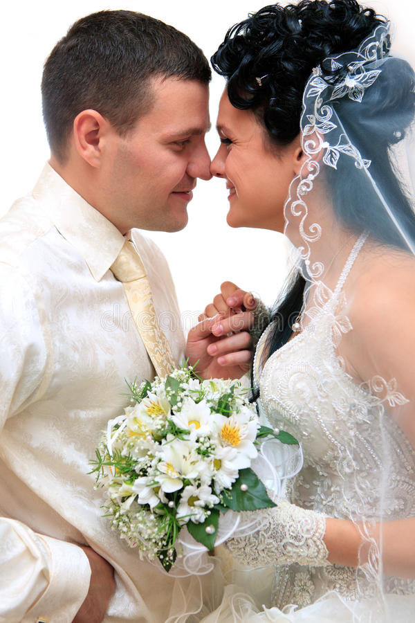 Küssen der Hochzeitspaare stockfoto