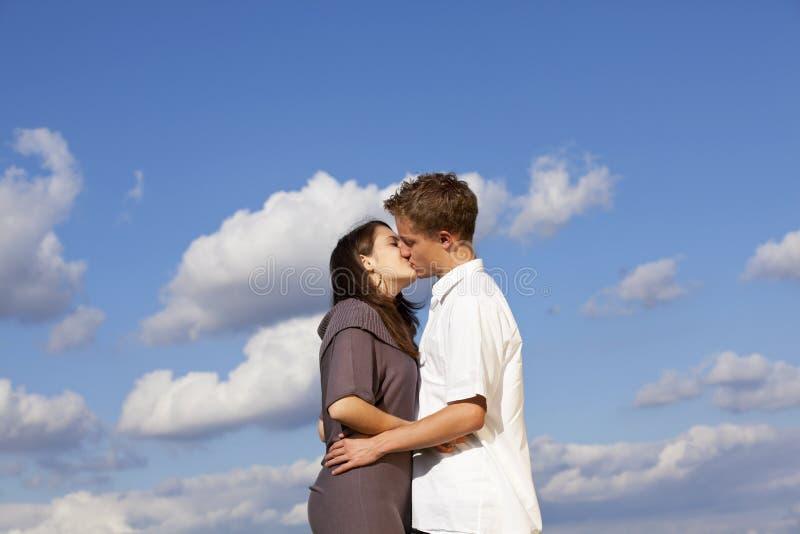 Küssen der Jugendpaare lizenzfreies stockfoto