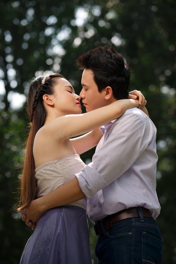 Küssen der Paare stockfoto