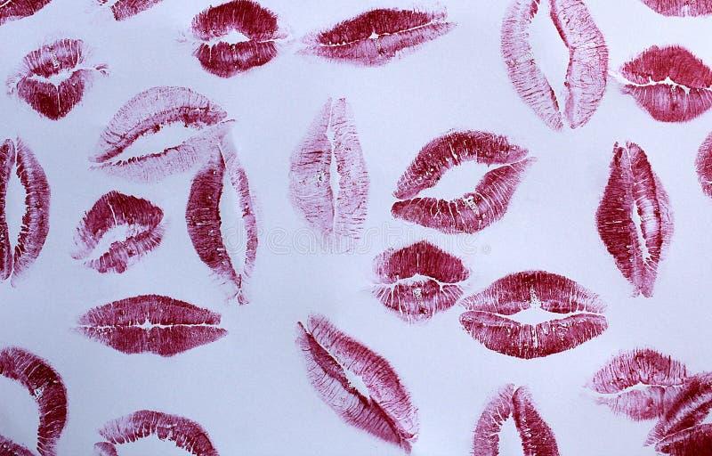 Küssen Sie viele Spuren des Lippenstifts auf einem hellen Hintergrund lizenzfreies stockfoto