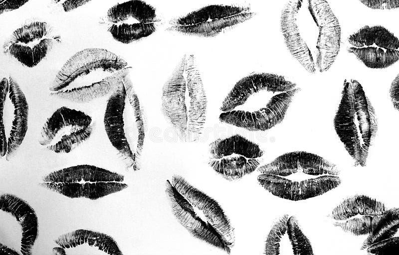 Küssen Sie viele Spuren des schwarzen Weiß des Lippenstifts lizenzfreie stockfotos