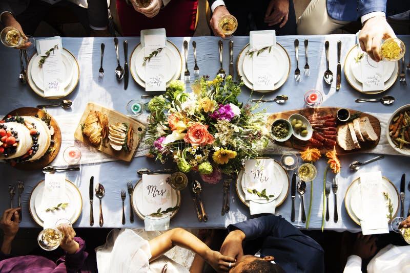 Küssende Brauthand des Bräutigams in der Hochzeitsempfangvogelperspektive stockfotos