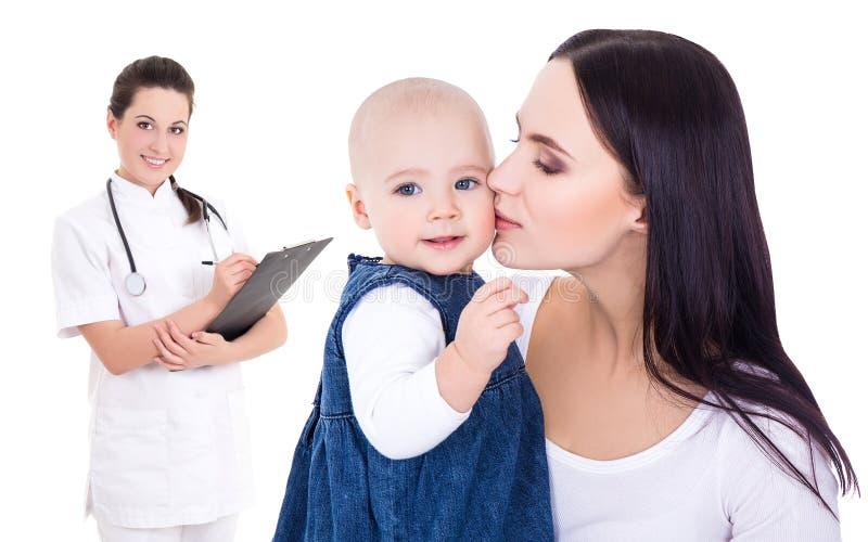 Küssende kleine Tochter-ISO der Ärztin und der glücklichen jungen Mutter stockfotos