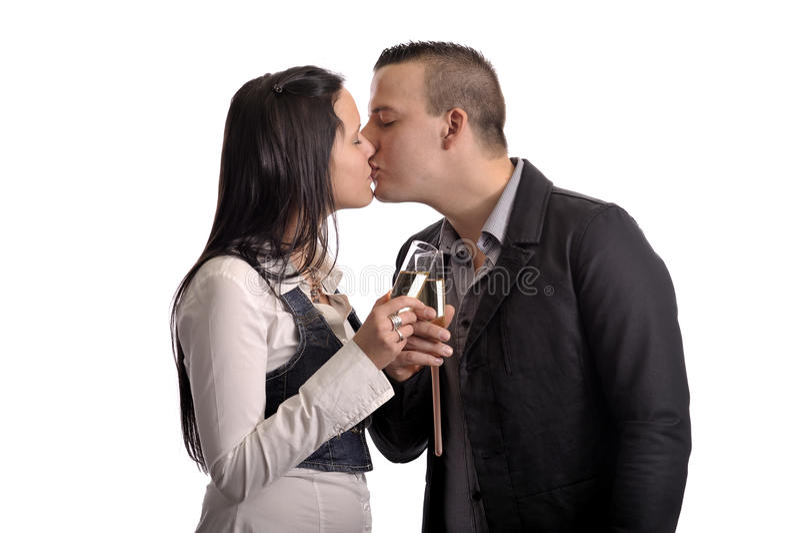 Küssende Paare der Junge mit Glas Champagner lizenzfreie stockfotografie