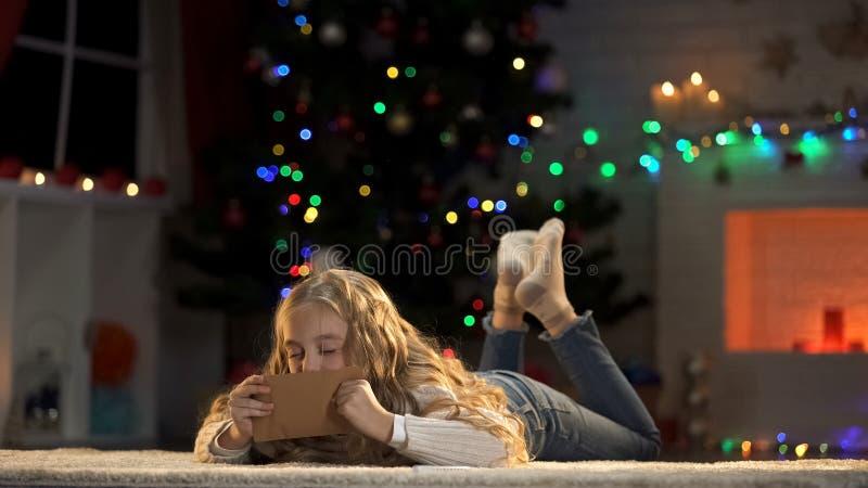 Küssender Buchstabe der Tochter vom Vater auf Geschäftsreise, Verfehlungsvati auf Weihnachten lizenzfreies stockfoto