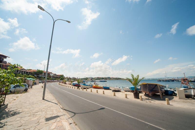Küste Corniche-Boulevard in der alten Stadt von Nessebar in Bulgarien lizenzfreie stockfotos