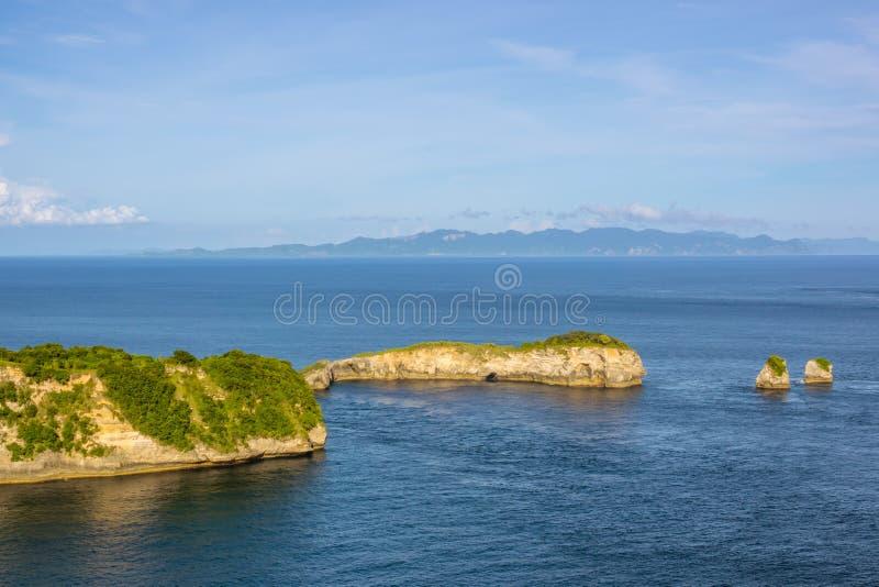 Küste der Tropeninsel und zwei kleiner Inseln stockfotos