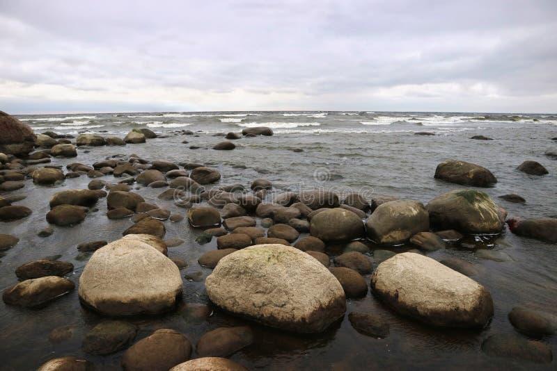 Küste des Horizontes des Finnischen Meerbusens, der den Himmel und das Meer trifft stockfotos