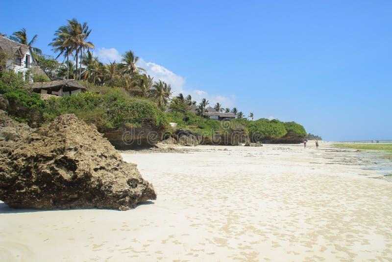 Küste des Indischen Ozeans, Ebbe Weiße Sand- und Palmen, der Strand nahe Mombasa, Kenia lizenzfreie stockfotos