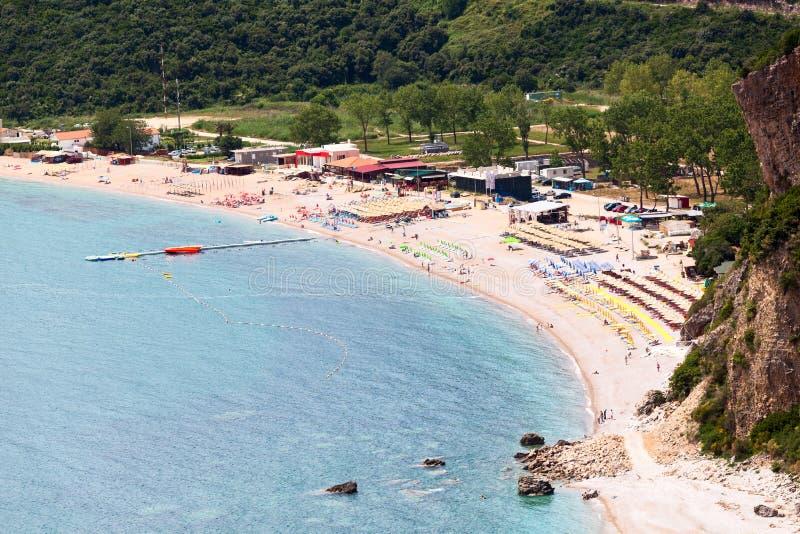 Küste mit Jaz-Strand in Budva-Stadtbezirk in Montenegro Vogelperspektive der Küste von adriatischem Meer europa lizenzfreie stockfotos